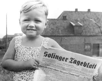 Kind mit Solinger Tageblatt in der Hand